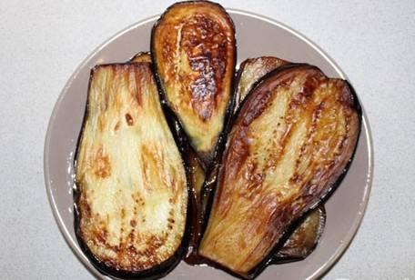 По истечении времени выкладываем баклажаны в сотейник с горячим растительным маслом и обжариваем их с каждой стороны до золотистого цвета.