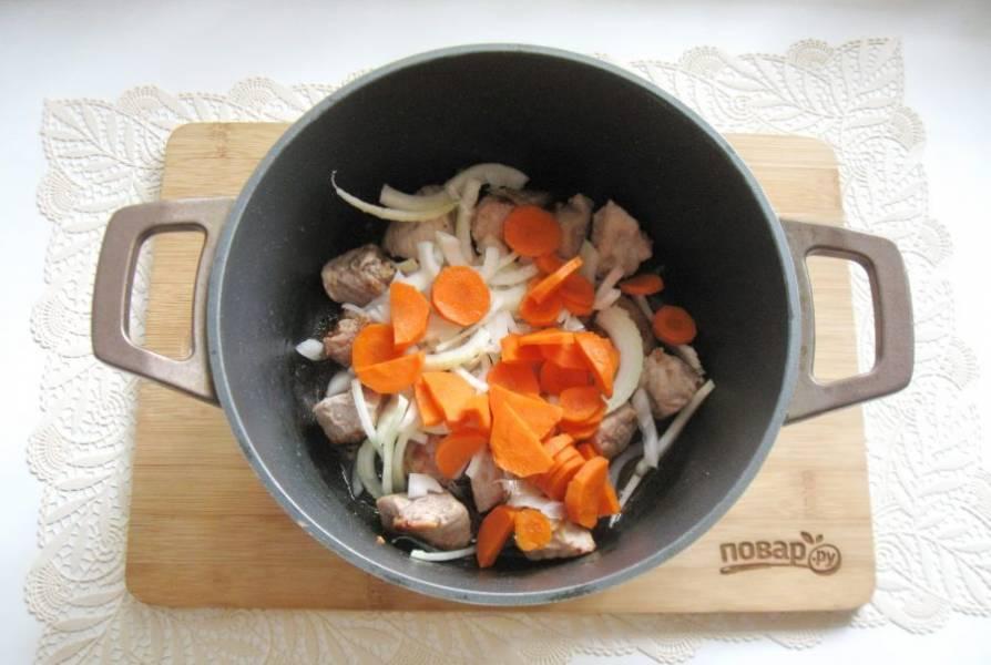 Морковь очистите, помойте и нарежьте. Добавьте в казан.