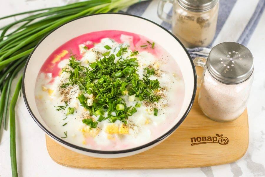 Влейте в емкость кефир любой жирности. Промойте и измельчите свежую зелень, добавьте вместе с солью и перцем. Аккуратно перемешайте содержимое емкости.