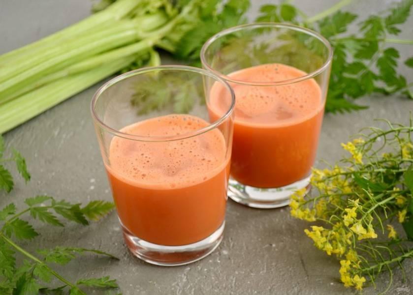 Сок из сельдерея и моркови готов!