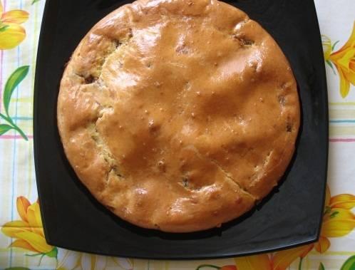 Разогрейте духовку до 180-ти градусов. Запекайте пирог около 30 минут (проверяйте готовность спичкой или зубочисткой.  По прошествии времени пирог можно разрезать и подать на стол. Приятного аппетита!