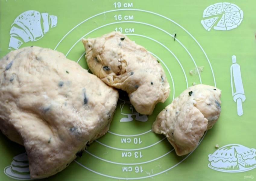 Отрезайте от общего колобка теста кусочки размером со среднее яйцо. Остальное тесто держите под крышкой.