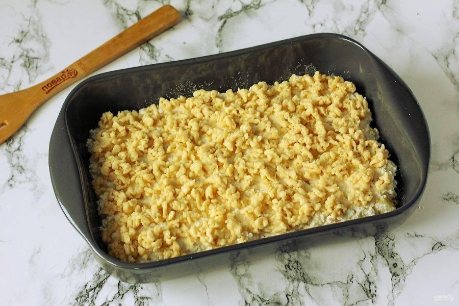 Натрите на начинку вторую часть теста и выпекайте пирог в духовке при температуре 180 градусов около 60 минут.