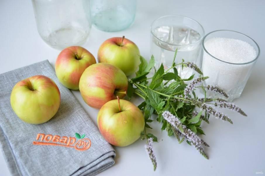 1. Подготовьте стерильные баночки, крышки, яблоки, мяту, сахар и воду. Можно добавить немного лимонного сока в каждую банку, если любите кисло-сладкие яблоки. Мои яблоки кисловатые, поэтому я не добавляю ничего кроме сахара и мяты. Яблоки и мяту тщательно вымойте. Приступим!