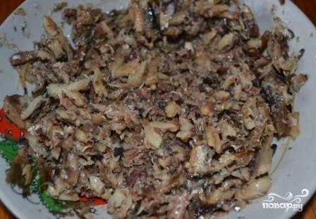 Ставим яйца отвариваться вкрутую, а картофель — в мундирах до готовности. Максимально сливаем масло из консервной банки, а шпроты перекладываем в тарелку и разминаем вилкой. Парочку-тройку рыбок можно оставить для украшения салата.