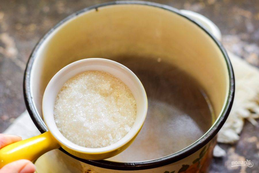 Последний раз слейте воду в кастрюлю, добавьте сахар и лимонную кислоту, проварите 30 секунд.