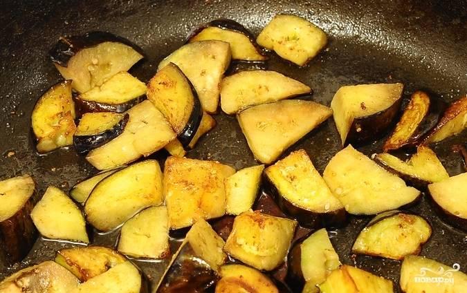 Разогреваем сковороду с растительным маслом, обжариваем на ней кусочки баклажана.