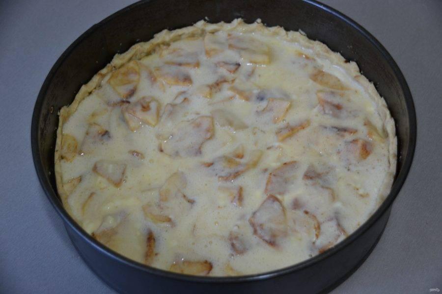 Залейте сливочно-яичной массой пирог и снова отправьте в духовку на 25 минут.