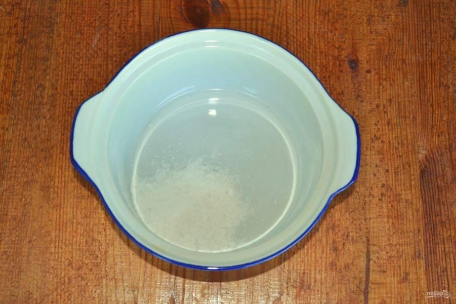 В небольшую кастрюльку всыпьте соль, влейте воду и поставьте на огонь. Доведите до кипения и немного проварите, чтобы соль полностью растворилась.