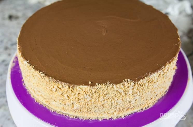 23.Верхушку торта украсьте шоколадным кремом, а также стружкой, что осталась от обрезания коржей.