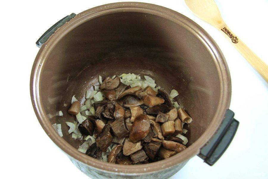 Добавьте грибы. Если используете лесные грибы, то заранее их отварите.
