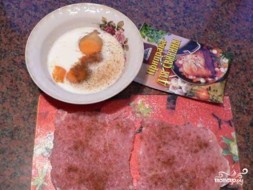 2. Посыпать каждую отбивную соль и специями.