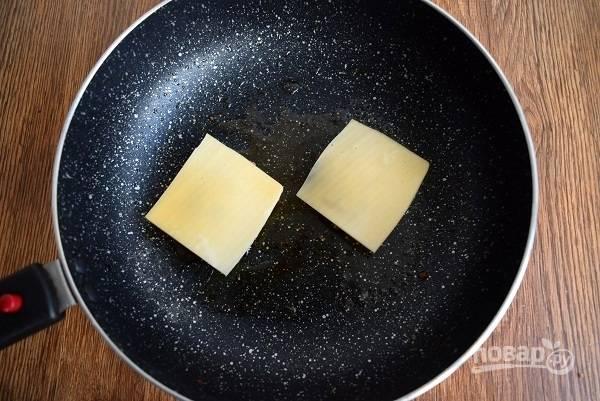 Положите сверху по ломтику сыра, накройте крышкой и готовьте еще 2-3 минуты.