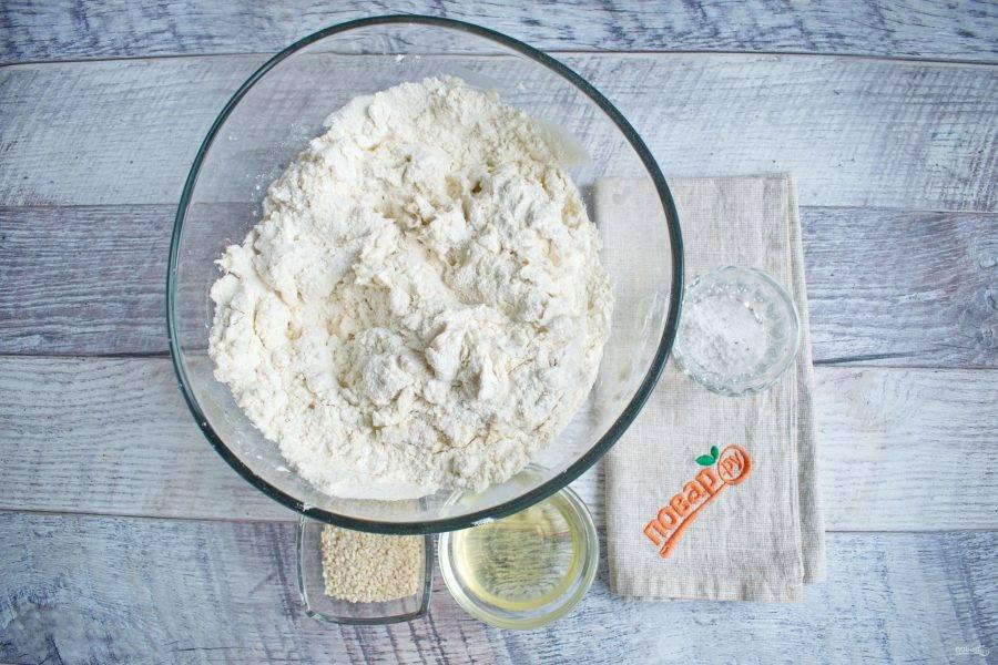 Дрожжи и сахар разведите в  воде. Влейте дрожжевой коктейль в муку, добавьте растительное масло, перемешайте. Добавьте соль и замесите тесто, не липнущее к рукам.