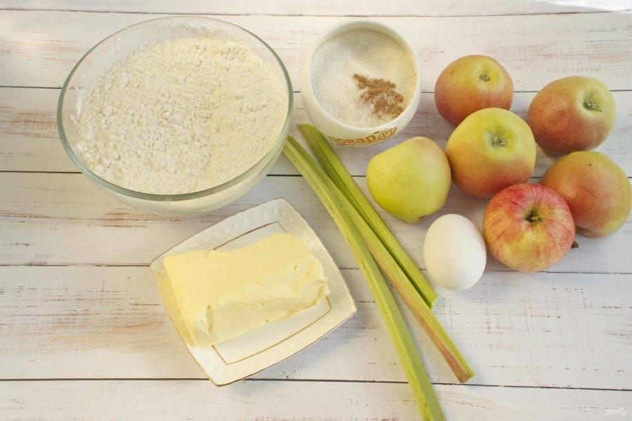 1.     Подготовьте необходимые продукты. Яблоки и ревень вымойте.