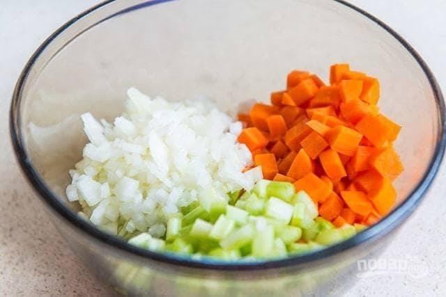 1. Для начала нарежьте мелкими кубиками лук, сельдерей и морковь.