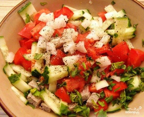 Смешиваем все нарезанные ингредиенты, добавляем соль и перец.