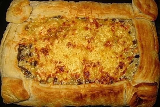 И выпекаем его в разогретой до 180 градусов духовке до румяной золотистой корочки. Глазом не успеете моргнуть, как пирог будет готов. Приятного всем аппетита!