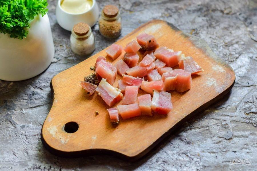 Вяленое мясо нарежьте небольшими кубиками.