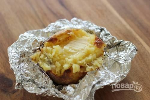 5. Перед подачей аккуратно разверните фольгу, разрежьте картофель и дополните солью, соусом или сыром.  Приятного аппетита!
