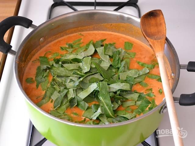 8. Выложите в кастрюлю и варите суп на очень медленном огне до мягкости батата.