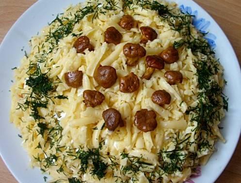 В завершение украшаем его лисичками и свежим укропом. Салат готов и, поверьте, он невероятно вкусный. Приятного аппетита!