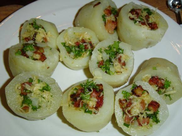 Наполните половинки картошки начинкой, соедините их и обваляйте в муке, яйце и снова в муке. Обжарьте во фритюре до золотистости.