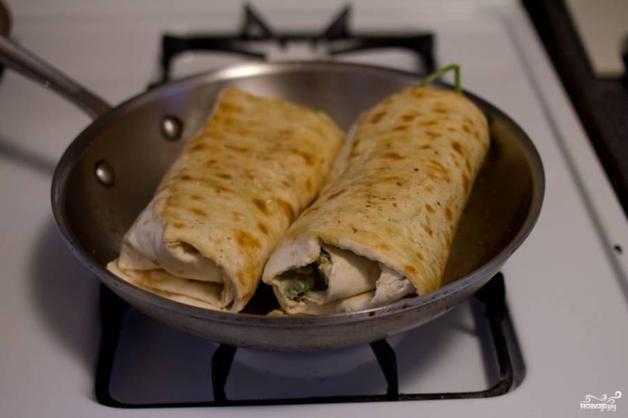 Обжарьте на разогретой сковороде в небольшом количестве растительного масла.