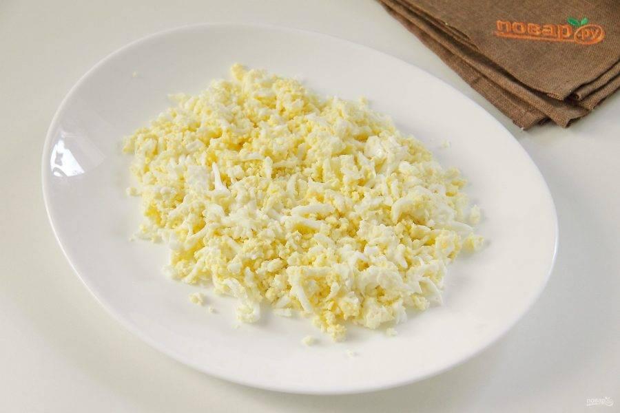 Салат выкладываем на тарелку горкой слоями, каждый слой промазываем майонезом и подсаливаем по вкусу. Первым слоем кладем тертые яйца.