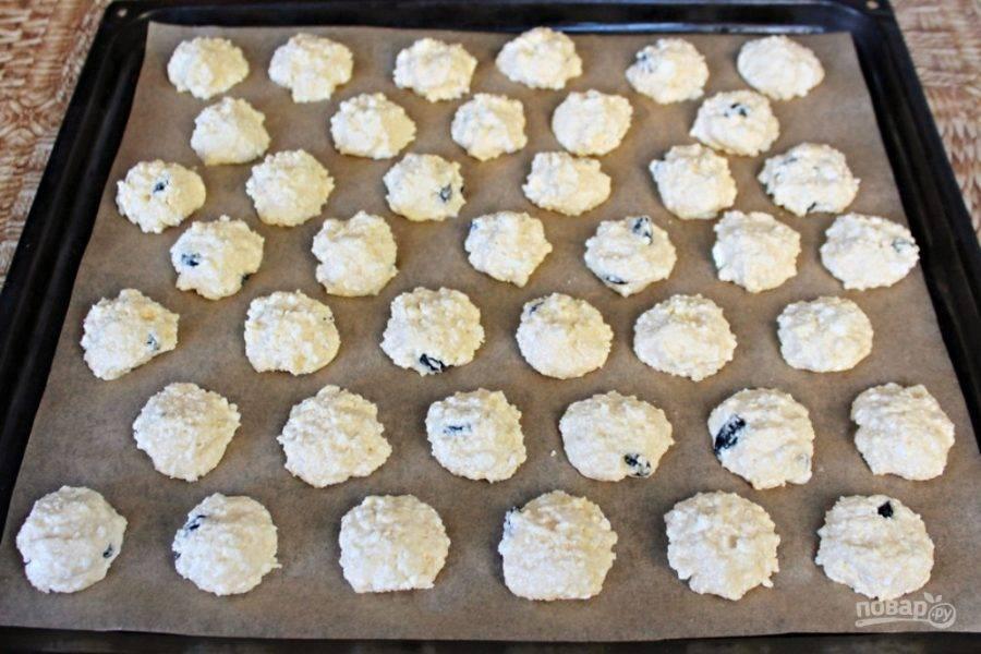 Противень застилаем пекарской бумагой. Творожное тесто выкладываем ложкой, небольшими горками в шахматном порядке. Отправляем в духовку на 15-20 минут. Готовим при температуре 180-190 градусов.