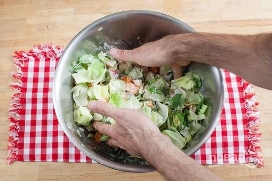 6.В миске соединяю все измельченные ингредиенты, заправляю соусом и перемешиваю, по вкусу солю и перчу.