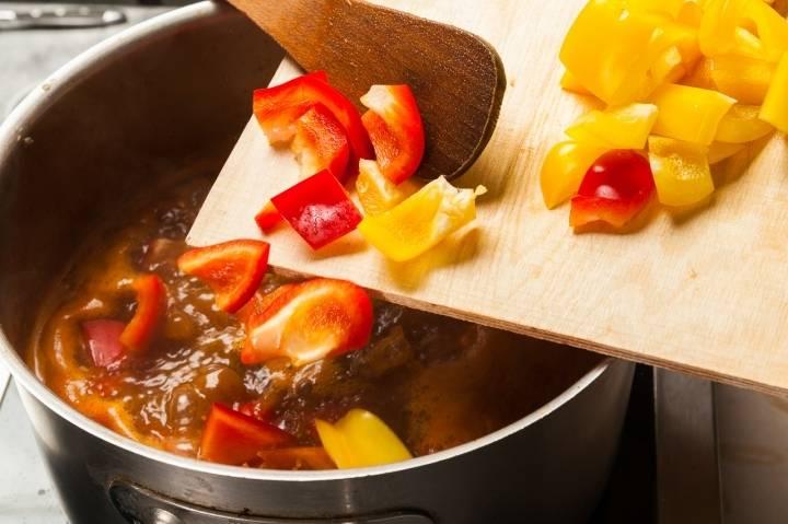 Добавьте порезанный болгарский перец.