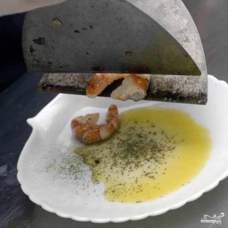 В тарелочку наливаем оливковое масло, приправляем его французскими травами. В ароматизированное масло выкладываем обжаренные креветки.