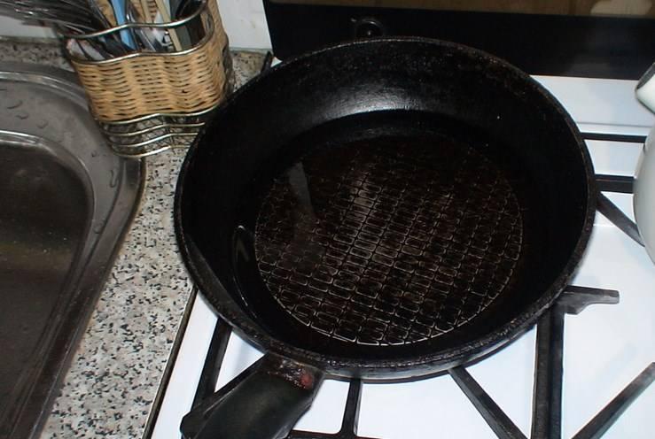 Обязательно добавьте приправу. Потом разогрейте масло с чесноком на сковороде. Как хорошо нагреется, вливаем чесночное масло в салат.