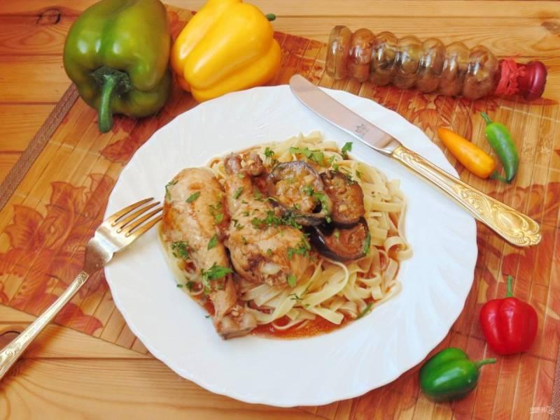 Куриные голени с баклажанами в соусе готовы. Подавайте с макаронами, картофельным пюре или отварным рисом.