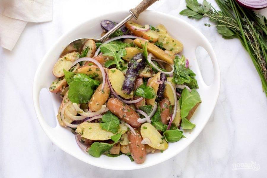 Добавьте к картофелю лук и рукколу. Можете нарвать и другую зелень (например, петрушку и тимьян). Не забудьте посолить и поперчить блюдо. Приятного аппетита!