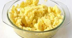 Воду слить, лавровый лист вынуть, а картофель растолочь с помощью толкушки.