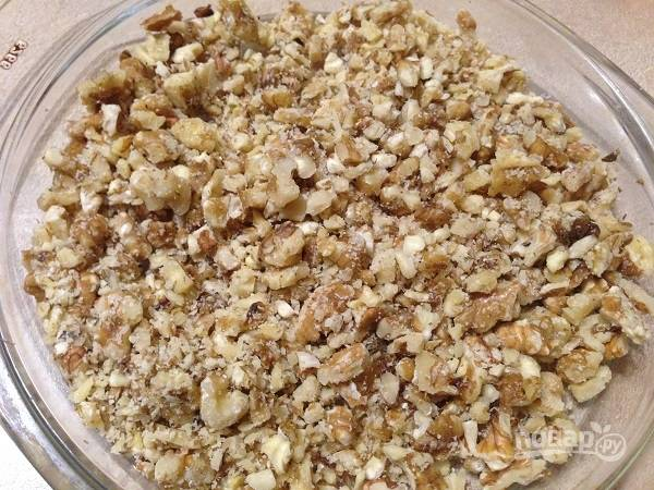 6. Орехи измельчим скалкой. И совсем не обязательно измельчать их до состояния крошки, будет интереснее, если кусочки орехов будут разного размера.