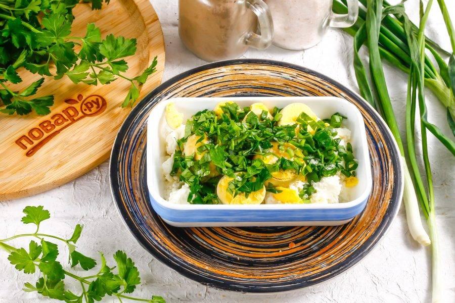 Промойте и измельчите отобранную зелень, добавьте в емкость. Можно использовать петрушку, укроп, зеленый лук или зеленый чеснок. Всыпьте соль, выложите майонез и тщательно помните, перемешайте все вилкой.