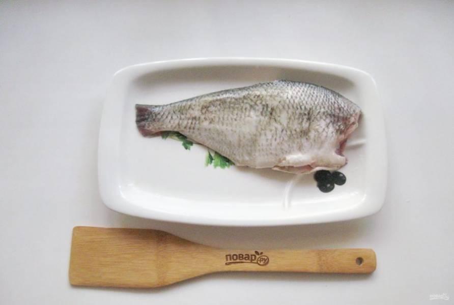 Рыбу очистите от чешуи, выпотрошите, отрежьте голову и плавники, хорошо помойте снаружи и внутри.