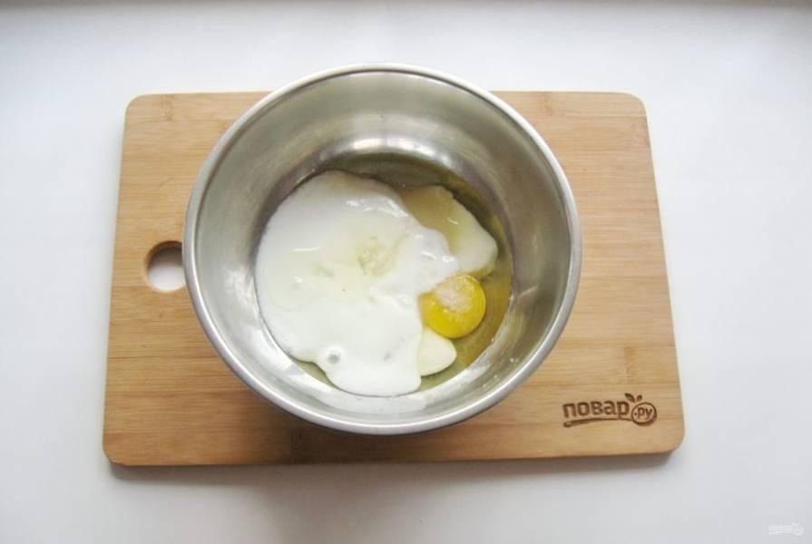 Добавьте соль и подсолнечное масло.