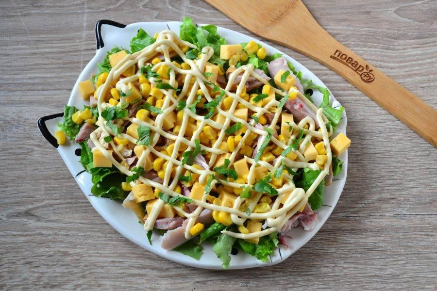 Присыпьте салат свежей зеленью и подавайте к столу. Приятного аппетита!