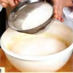 Замесить тесто для кулебяки. В теплое молоко добавить сахар, дрожжи и половину просеянной с солью муки. Перемешать, закрыть и поставить в теплое место на час. Добавить желтки, масло, и оставшуюся муку. Хорошенько вымесить гладкое, не прилипающее к рукам тесто, закрыть и оставить еще на час. Затем тесто обмять и дать постоять еще пол часа.