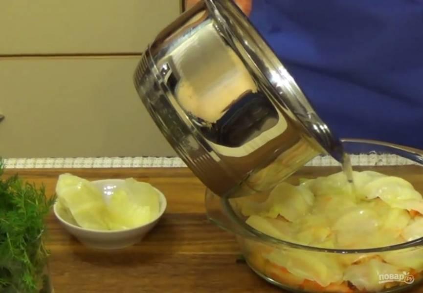 4.  На дно посуды для маринования положите несколько веточек укропа. Затем на листок капусты выложите начинку и сверните треугольником. Голубцы прикройте отрезками из листьев капусты и залейте горячим маринадом.