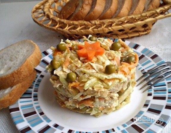 11.На тарелку выкладываю кулинарное кольцо, формирую с его помощью салат и подаю к столу.