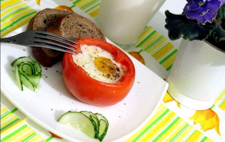 3. Запекаем в хорошо прогретой духовке примерно 10 минут, пока белок яйца не схватится.