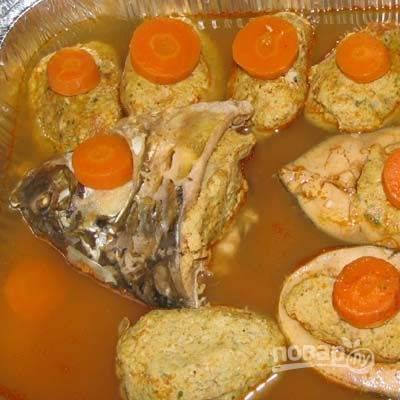 Сложите котлеты в противень, украсьте кружочком моркови, влейте бульон и отправьте в разогретую до 180 градусов духовку на 30 минут.