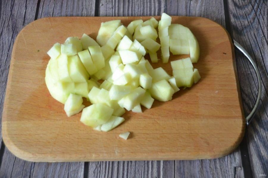 Очистите и порежьте одно яблоко кусочками.