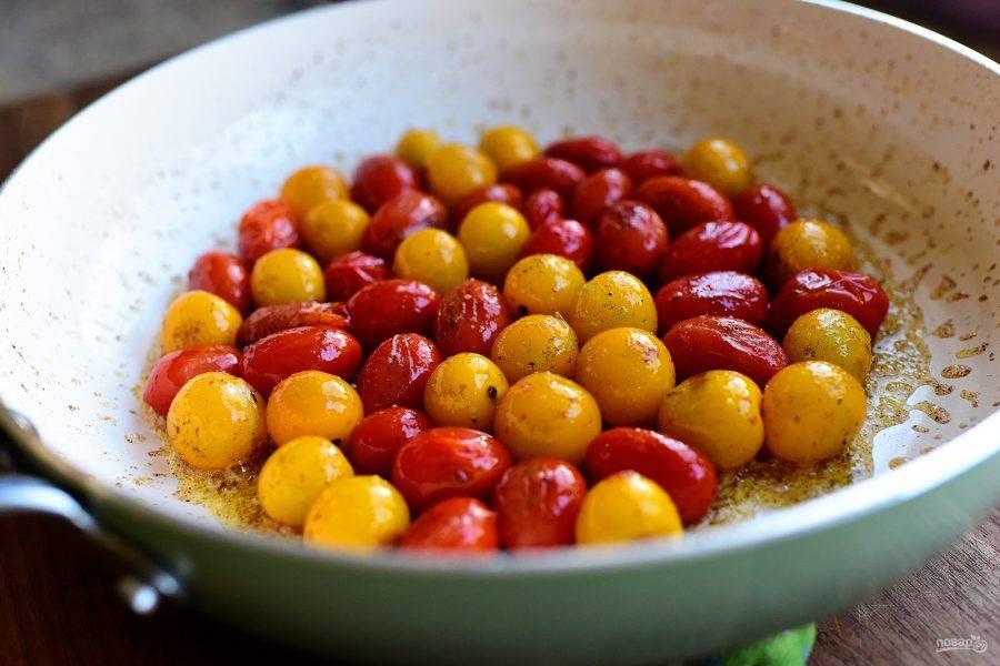 9. На сковороде в растительном масле протушите пару минут помидоры, приправленные солью и перцем, до мягкости.