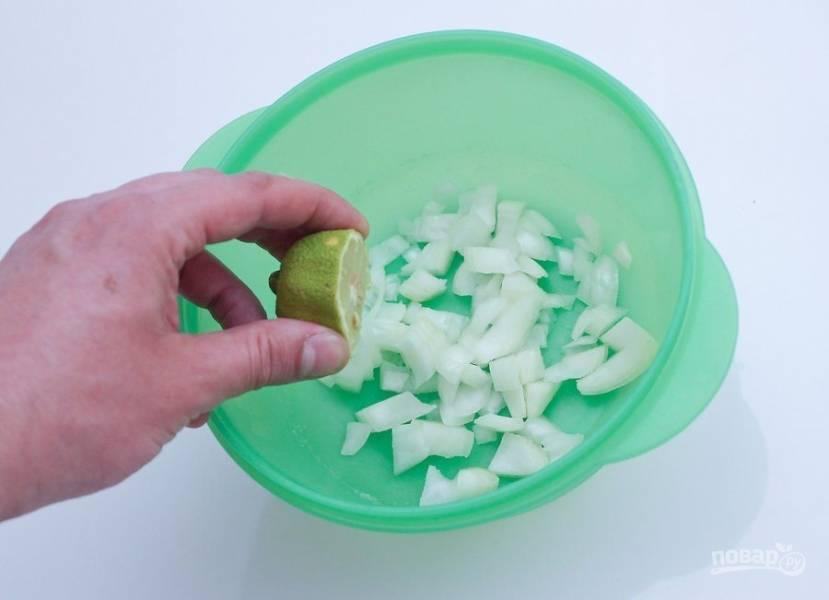 Лук мелко нарежьте и поместите в емкость. Сверху полейте соком лайма.